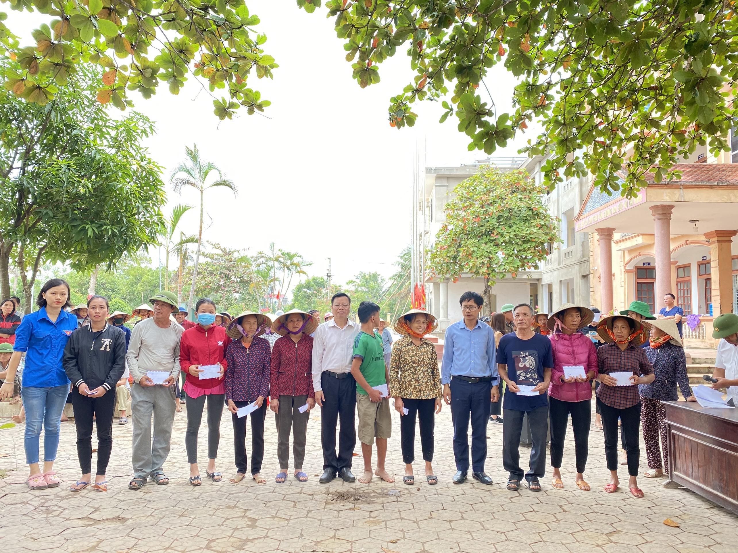 Sở Công Thương tỉnh Hà Giang trao quà ủng hộ cho người dân vũng lũ lụt Hà Tĩnh